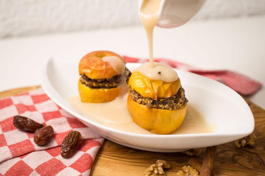 Bratapfel mit Dattel-Nuss-Zimtfüllung und Orangen-Vanille-Soße vegan