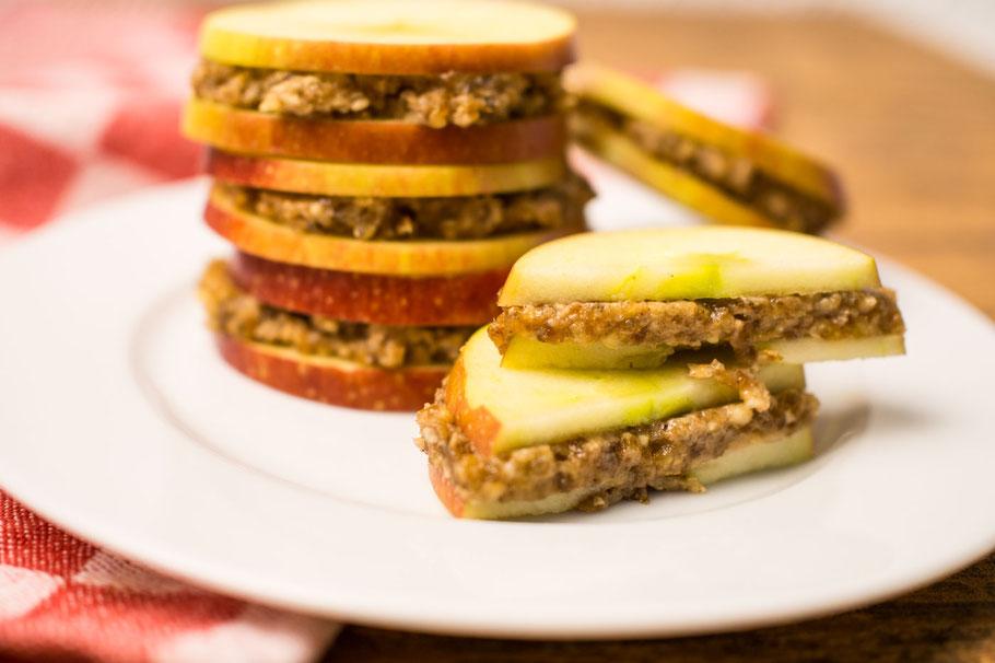 Apfelringe-Sandwich mit Dattel-Nussfüllung