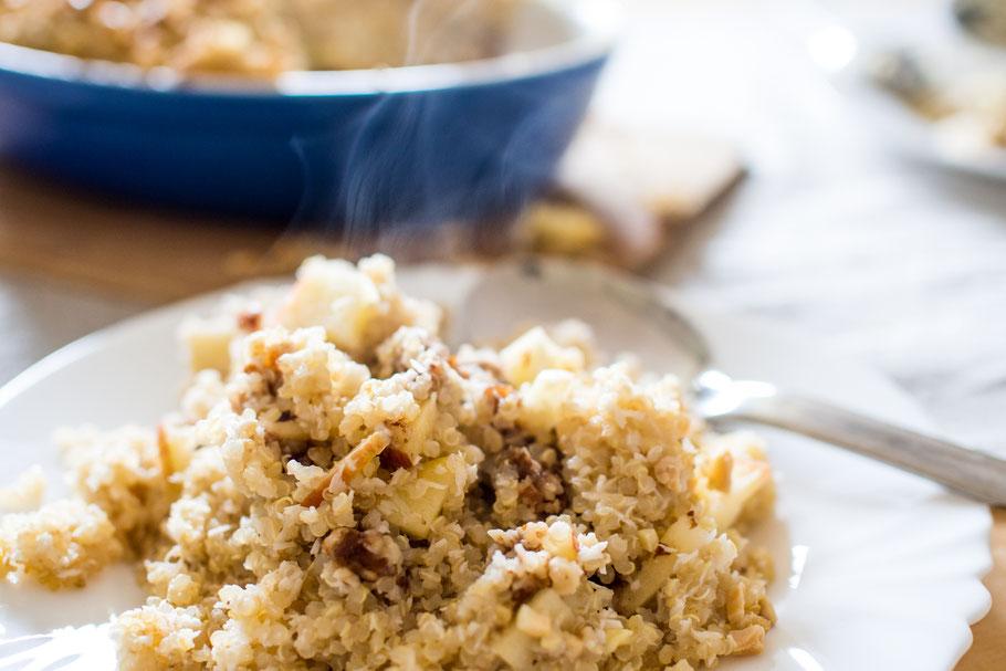 Veganer Quinoa-Kokos-Auflauf mit Dattel-Nussfüllung