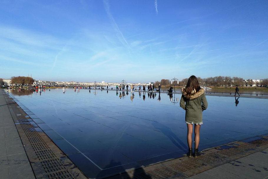 Le miroir d'eau qui fait face à la Garonne