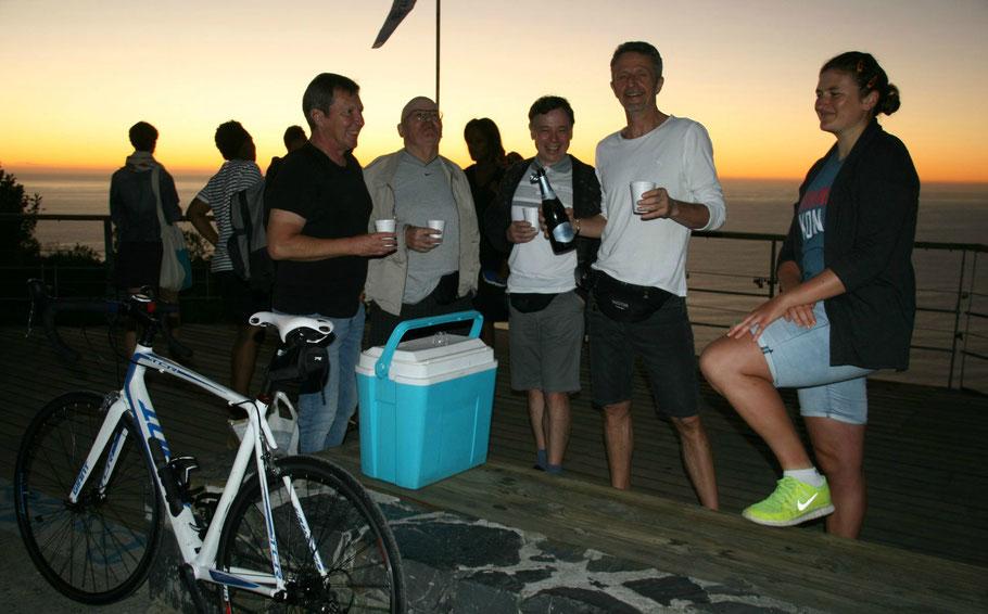 Zum Auftakt unserer Radtour gab es einen Sektempfang vor traumhafter Kulisse in Südafrika