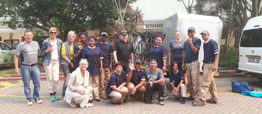 Erinnerungsfoto: Die Hotel-Crew des Formosa Bay verabschiedet die Radsportler auf ihre Südafrika-Radtour