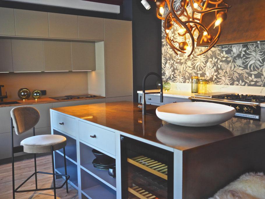 Ein Blick in unseren Wenningstedter Showroom, wo wir zur Zeit drei Küchen aufgebaut haben – weitere Küchen zeigen wir gern auf Anfrage
