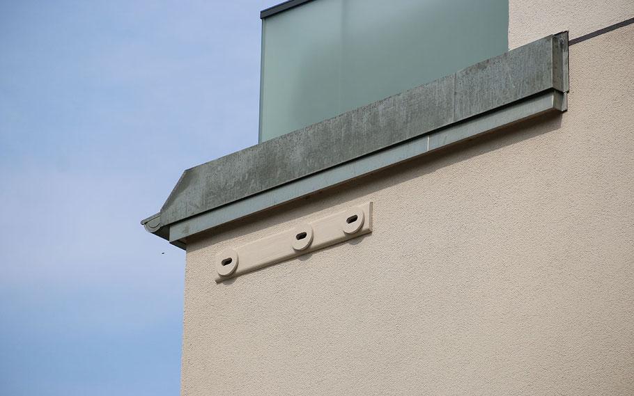 Nisthilfen (hier für Mauersegler) lassen sich wunderbar in die Fassade integrieren.