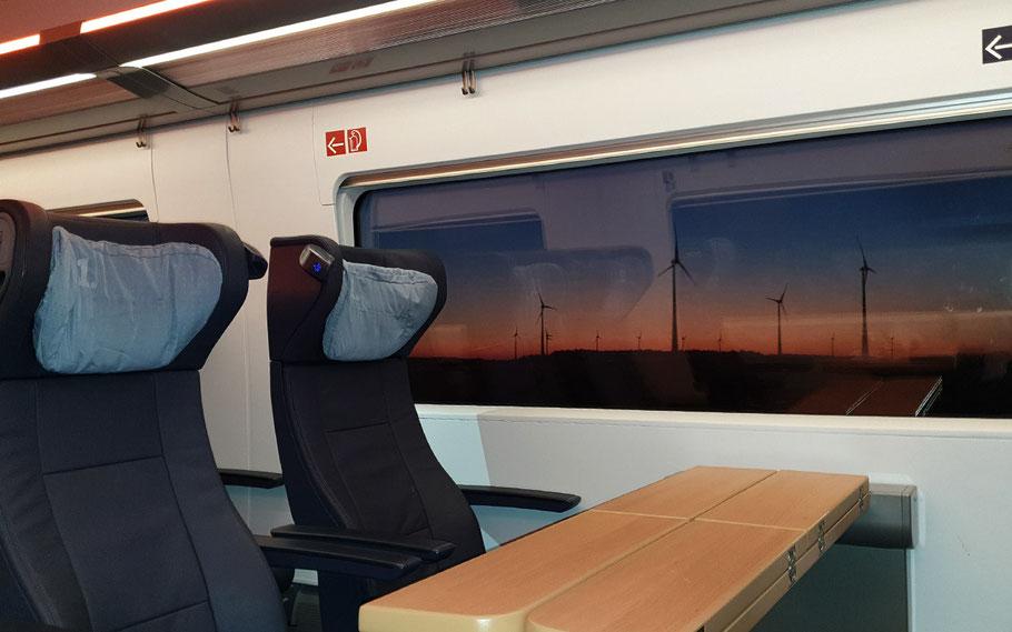 ICE 515, Abfahrt Hamburg Hbf. 05:46 Uhr: In der Morgendämmerung durch die Windrad-Wälder des Norddeutschen Tieflandes. Mit den klappbaren Tischen und komfortablen Sitzen bietet der ICE beste Voraussetzungen, die Reisezeit produktiv zu nutzen.