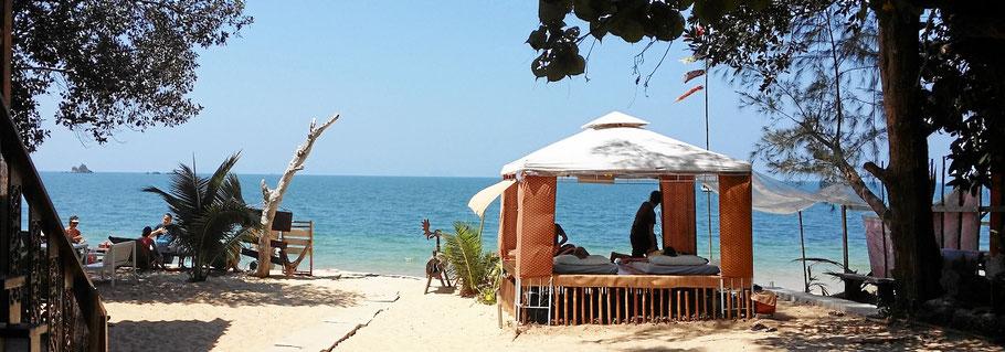Ein Freiluft Massagestudio für Thai Massagen an einem thailändischen Strand