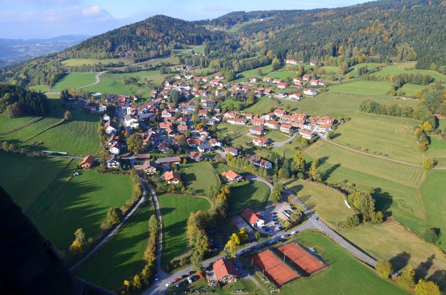 Luftbildaufnahme des Ortes Elisabethszell aus einem Heißluftballon