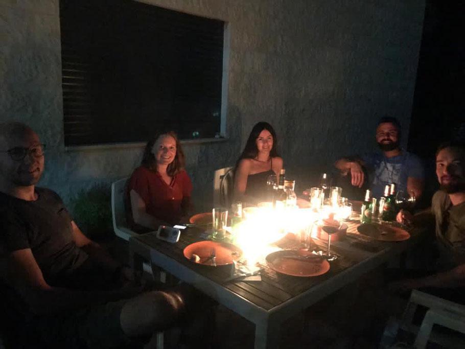 Abendessen mit Freunden bei indischem Essen.