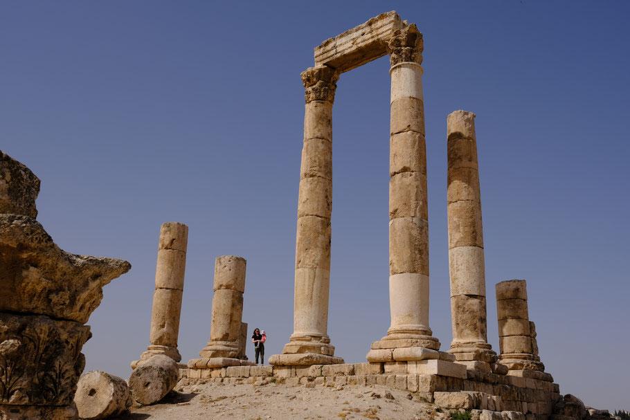 Mit meinen 1,65 cm wirke ich winzig neben dem Herkules-Tempel