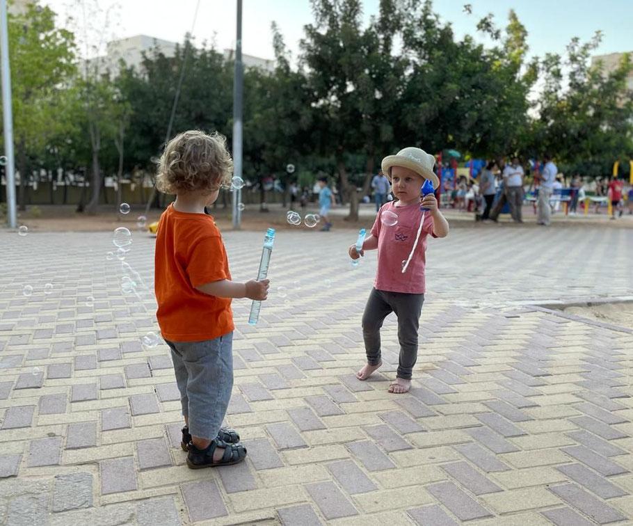 Barfuß auf dem Spielplatz mit Seifenblasen