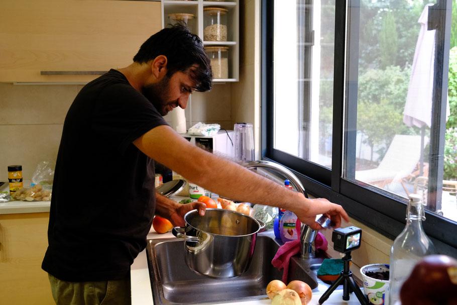 Beim Kochen filmt Deepanshu ein neues Youtube-Video