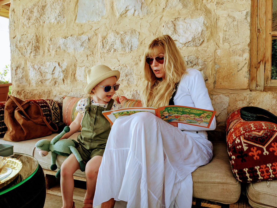 Zusammen mit Oma wird das neu erworbene Buch gelesen