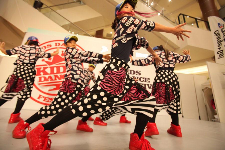 〈ヒップホップダンス〉(小学3~6年生)日曜 14:30~15:30  講師:AKARI