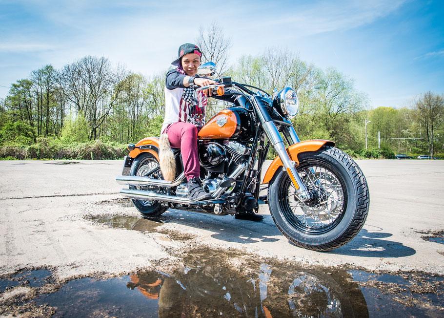 WM Herausforderin Kali Reis auf der Harley.