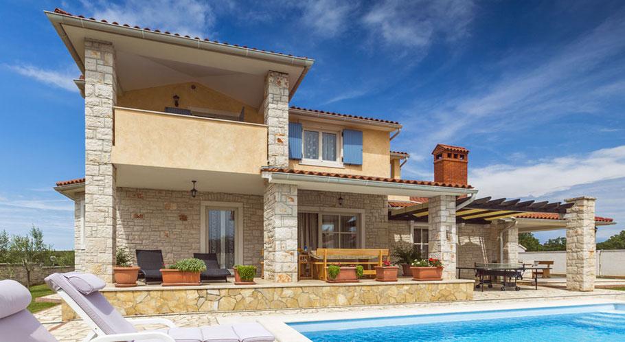 Das eigene Ferienhaus auf Mallorca mit vielen Zimmern, Garten, Pool und spektakulärem Meerblick - das ist ein Traum vieler Menschen.