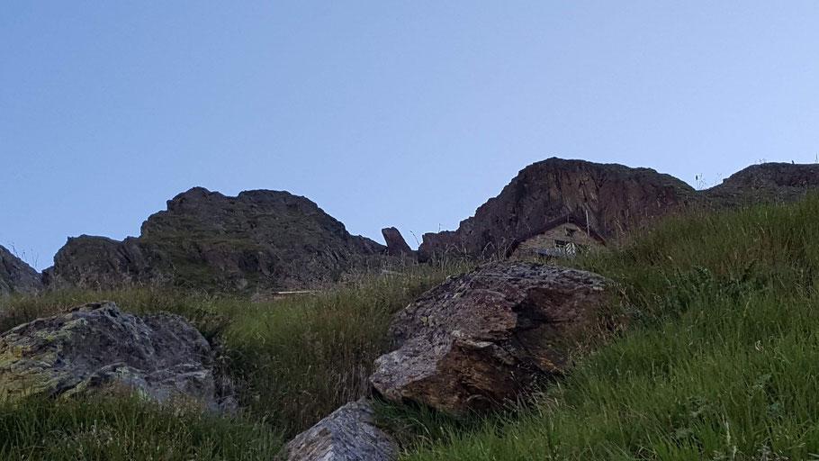 Auf dem Bild ist die felsige Umgebung der Chelenalphütte.