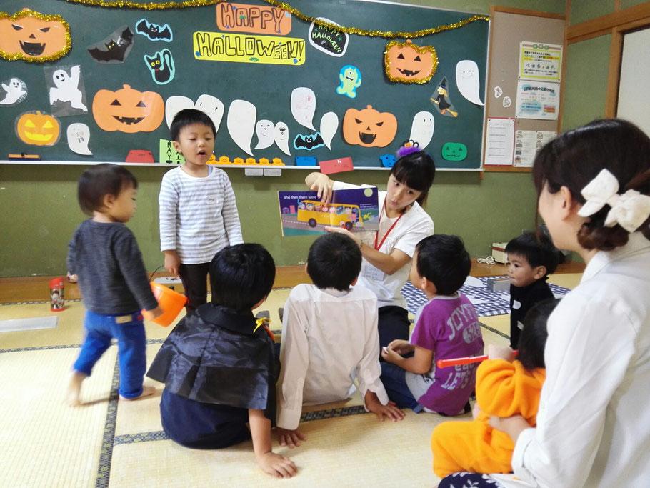 大分市大在・下郡・コンパルホールにある英語教室・英会話スクール 「英語でできる」を伝えたいをモットーに指導 ハロウィンパーティーで英語の絵本を聞く子供たち