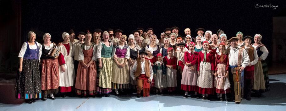 Fin du Spectacle avec toute la troupe:28 danseurs ,8 enfants, 7musiciens et la Reine Angélique