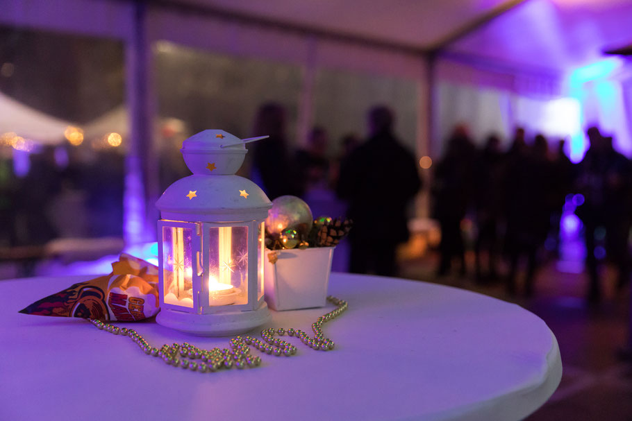 Leuchtende Laterne mit weihnachtlicher Dekoration
