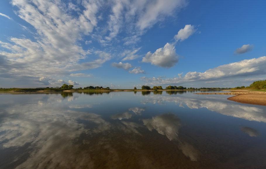 Wolkenspiegelung auf der Elbe bei Penkefitz