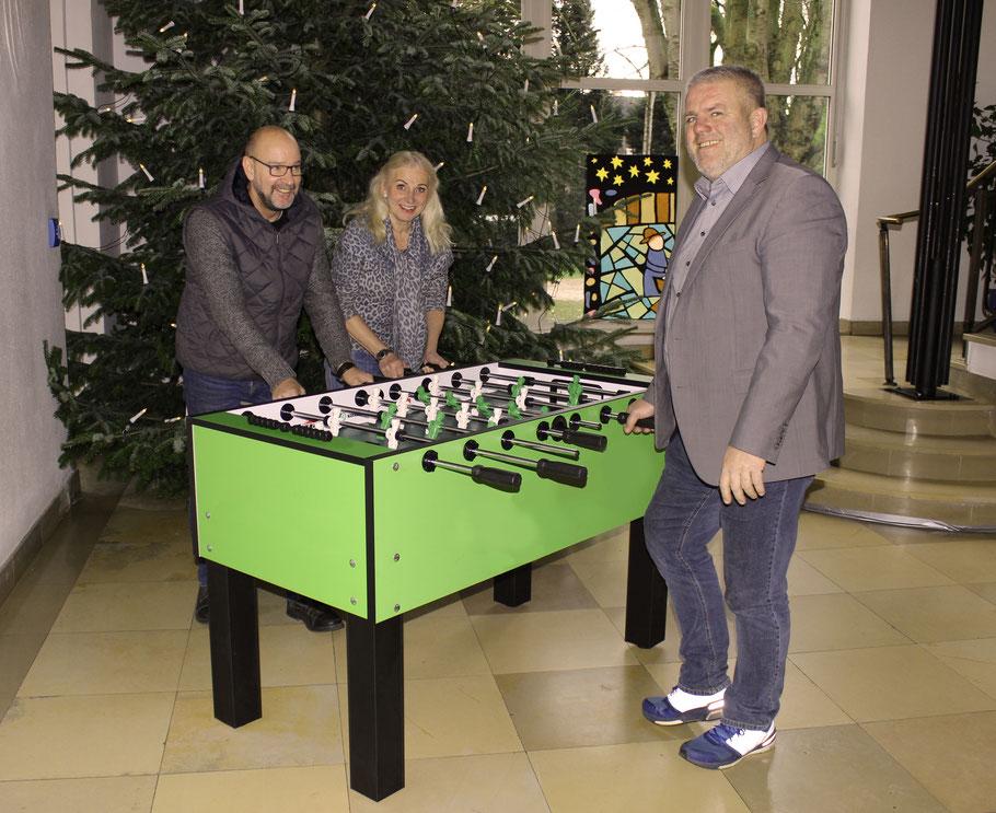 v.l.: Herr Ulrich Kreutz vom Löwenzahn, Frau Wolff Vorsitzende des Krefelder Frauenvereins und Jens Lüdert Einrichtungsleiter Kastanienhof