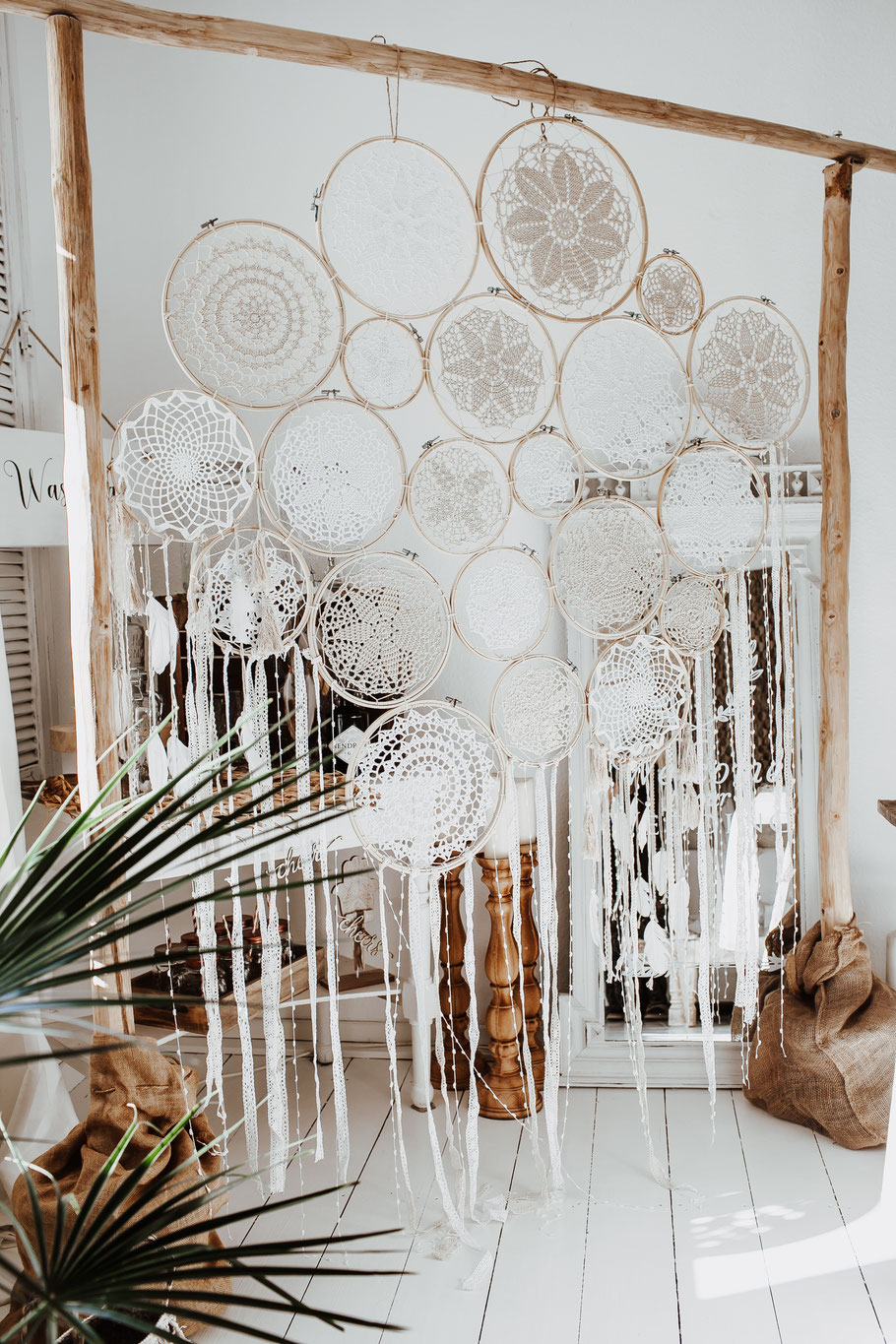 Boho Wedding Wedding Arch Traubogen Dreamcatcher Traumfänger Backdrop Hochzeit Dekoverleih Köln Bonn the featherette