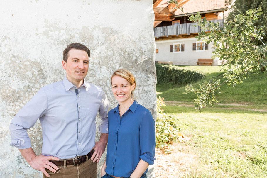 Sebastian und Renate Kerscher auf ihrem denkmalgeschützten Hof - im Hintergrund das Wohnstallhaus.