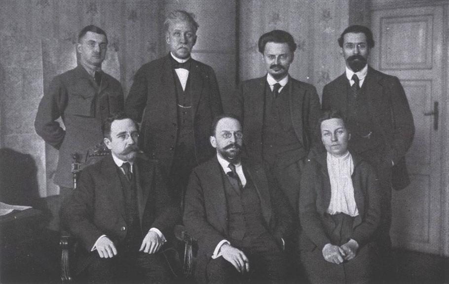 Russische delegatie tijdens onderhandelingen van Brest-Litovsk met 3e van linksboven Leon Trotski. Bruckmann, F. Grosser Bilderatlas des Weltkrieges; 1918