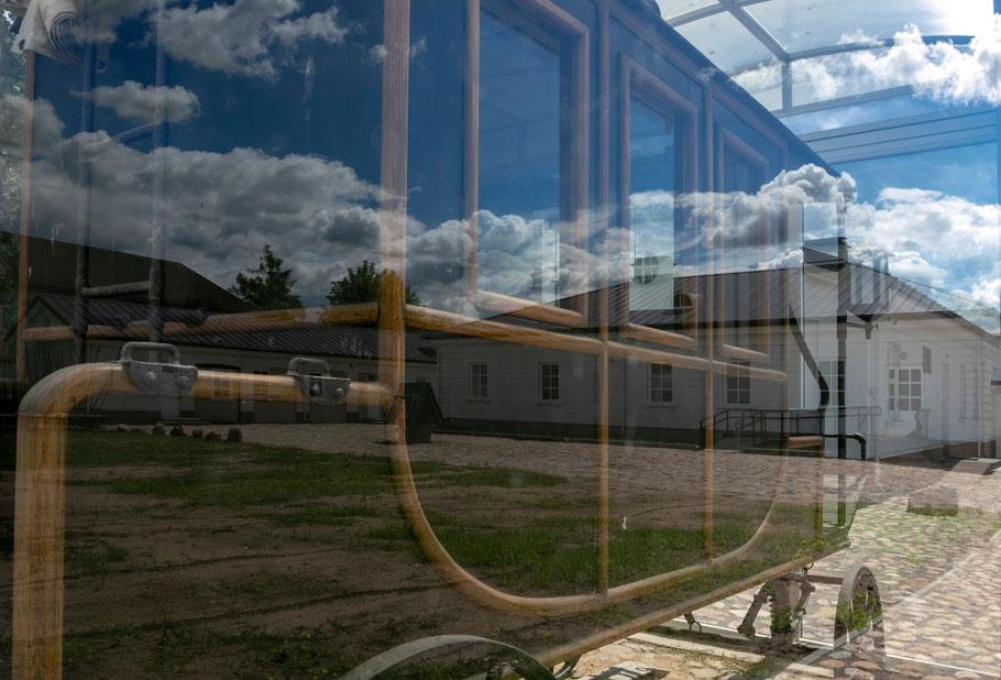 Karieta stovi Utenos Pašto stoties kieme po stiklu