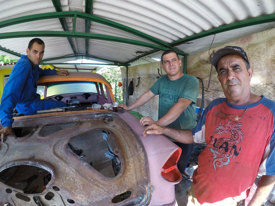 Automobilių meistrai auksarankiai viename iš Vinjaleso kiemų