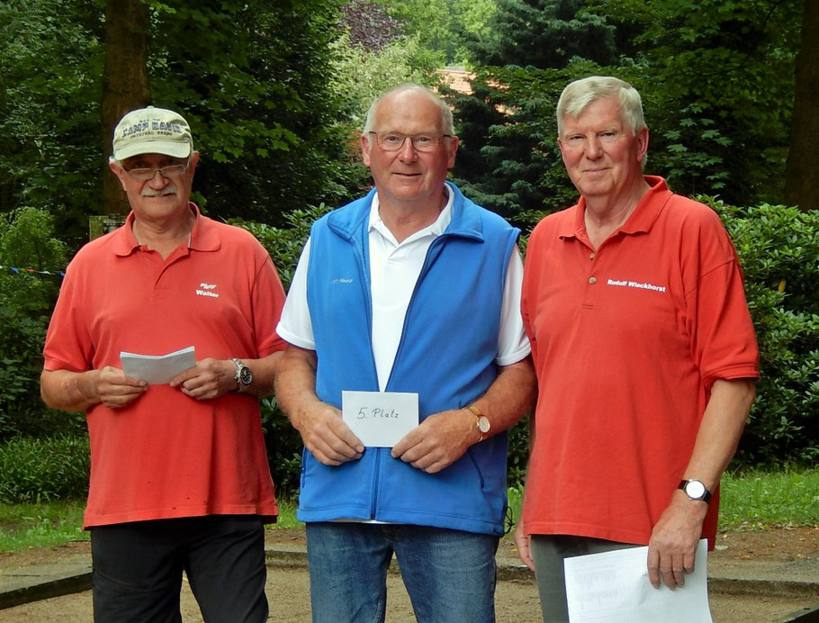 5. Platz Karl-Heinz-Mextorf mit Boulechef Walter Arriens (li.) und Sportchef Rudi Wieckhorst