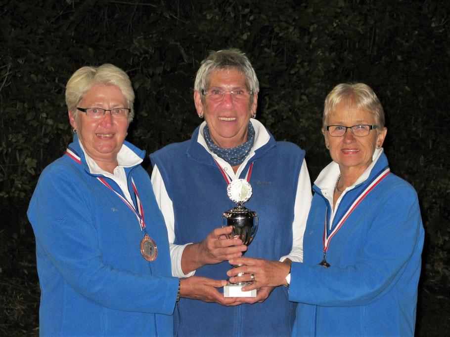 Ulla, Anne und Inga mit Pokal und Medaillen -  3. Platz Landesmeisterschaft Frauen