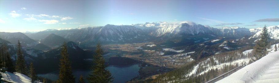 Blick vom Loser auf den Altausseer-See, im Hintergrund das Dachsteinmassiv zwischen Zinken und Sarstein.