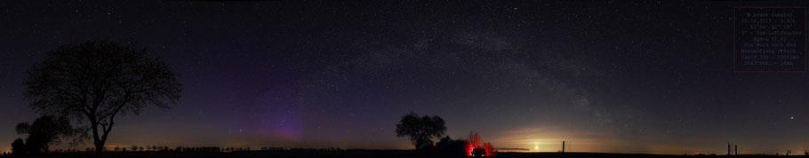 Sternenparkpannorama bei Wusterhausen mit Polarlicht in Nordrichtung und Mondaufgang im Osten