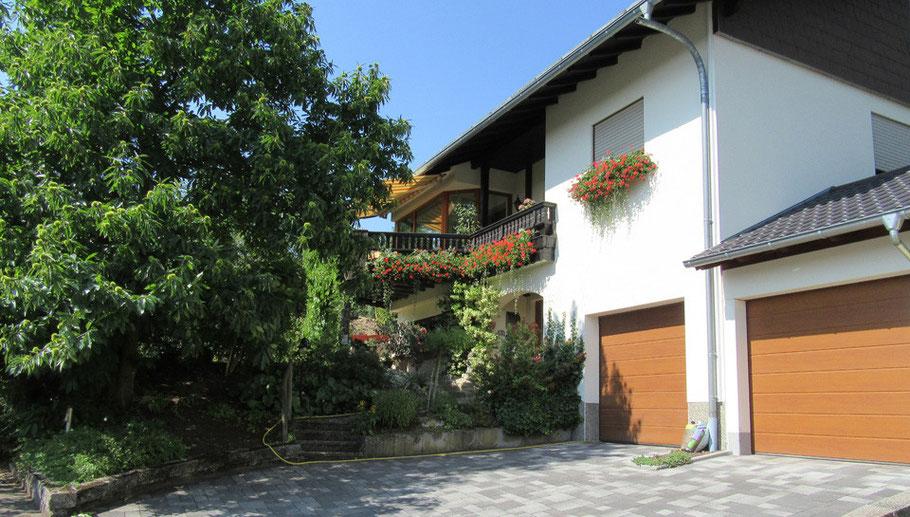 """Die Ferienwohnung """"Naturblick"""" befindet sich im Dachgeschoss unseres Wohnhauses (separater Eingang)."""