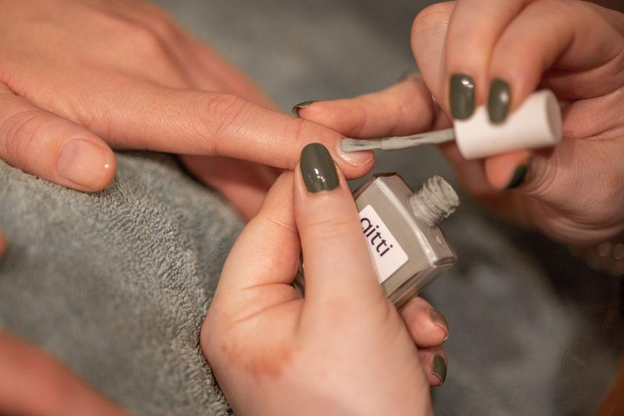 La belle Kosmetikstudio Manicure Nailpolish Nagellack Auftragen Shellac CND