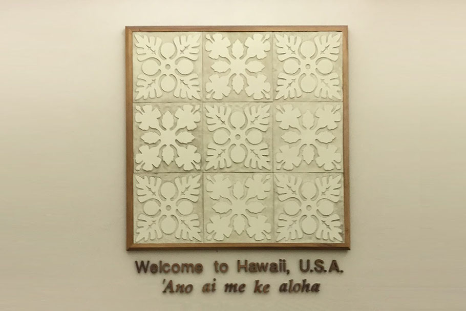 HNLのウェルカムサイン 'Ano ai me ke aloha = Greeteing With Love =「愛を込めてこんにちは」