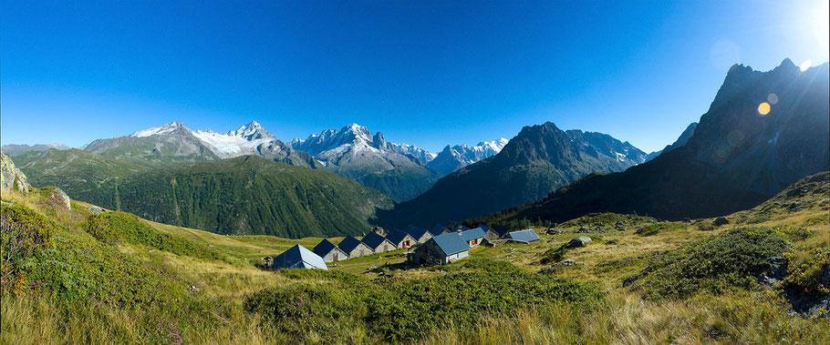 refuge Aiguilles Rouges face au massif du Mont-Blanc