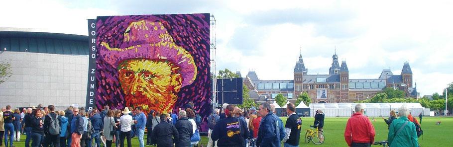 vincent van gogh in dahlia's op museumplein amsterdam van bloemencorso zundert bij dagvandevrouwen.nl