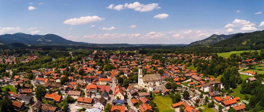 Lenggries Dorf mit der Kirche St. Jakob aus der Vogelperspektive und Blick talauswärts