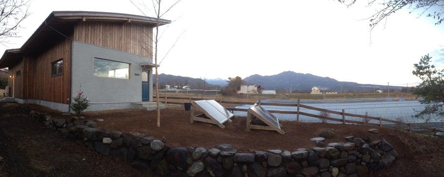 移住して新しくこの地に根を下ろして生活し始める家族のためのお庭の枠作りのような仕事をさせていただきました。元からあった古い石積みを補習して延長させ、石段を作りました。石の間から植物達が顔を出す風景を想像しながら。モミジ、シラカバ、ドウダンツツジ、元からあったヤマコウバシの移植、お客様の意見を伺いながら、これから営まれる生活のための余白づくりです。