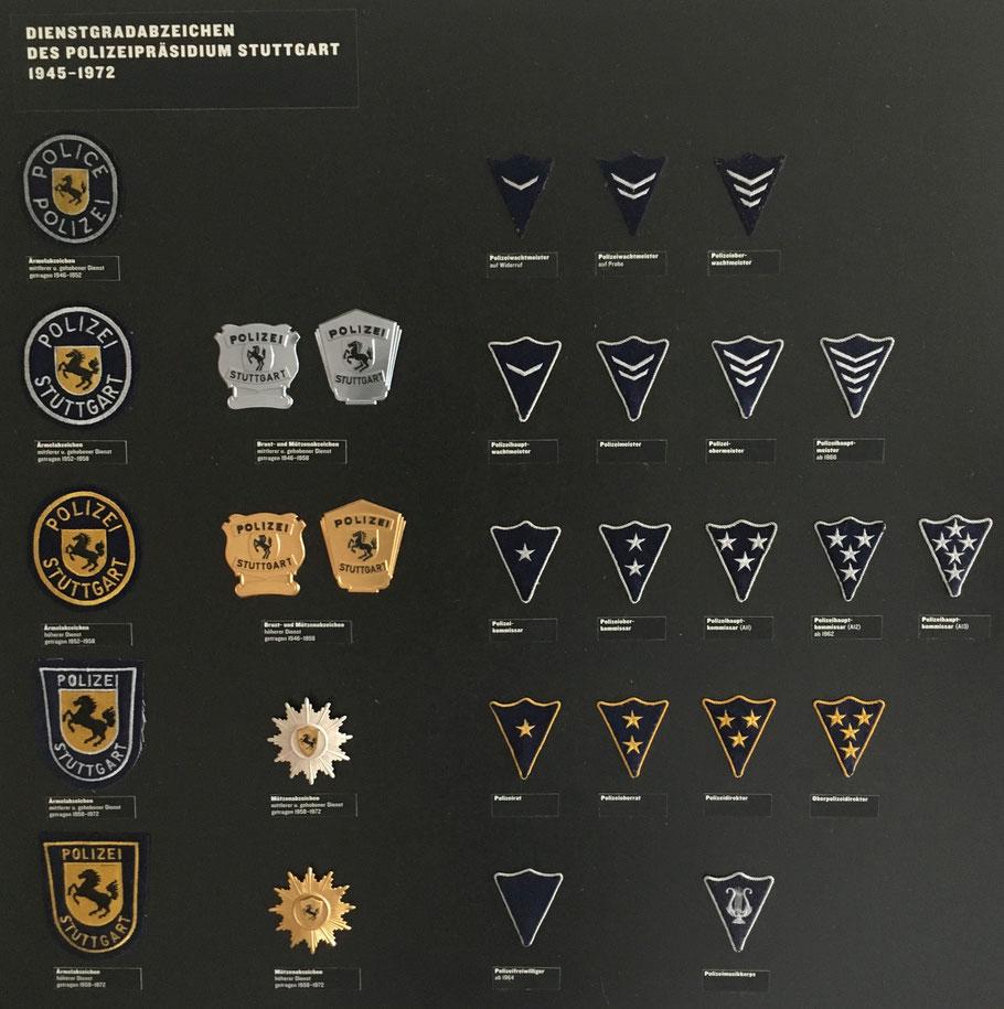 Tafel mit den Abzeichen der Stuttgarter Kommunlpolizei im Polizeimuseum Stuttgart