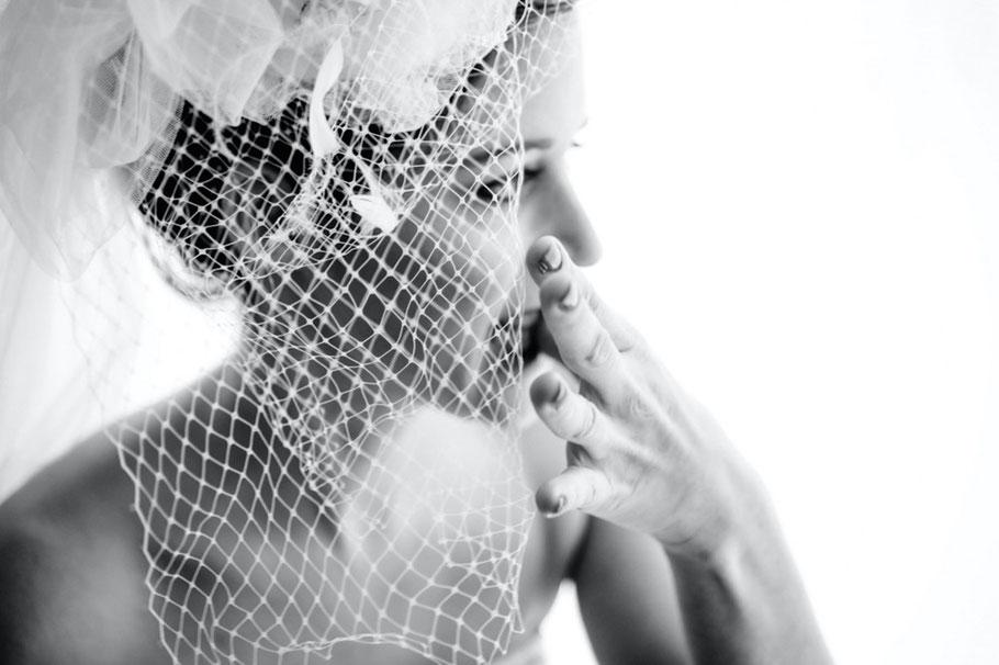 Braut mit Schleier am Fenster mit Kaugummi und Hand am Mund - Boudoir in schwarzweiss www.dirk-brzoska.de - Copyright DIRK BRZOSKA FOTOGRAFIE Leipzig Germany Fotoshooting Bewerbungsfotos