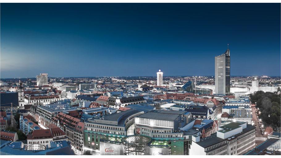 Leipzig am Abend mit Blick vom Neuen Rathaus über die Stadt - © Dirk Brzoska