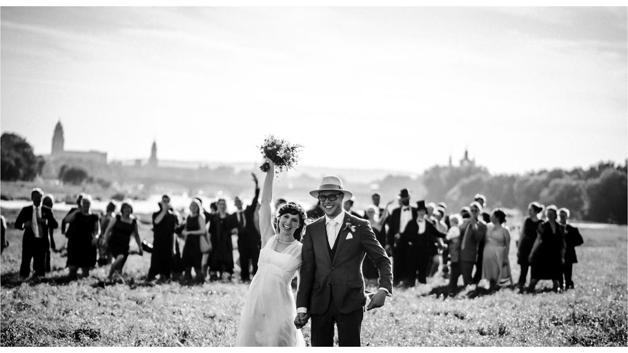 Brautpaar fotografiert am Tag ihrer Hochzeit in altem Citroën von Hochzeitsfotograf aus Leipzig  - © Dirk Brzoska
