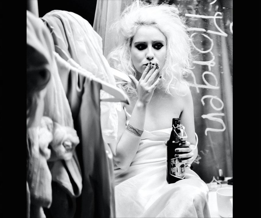 Punk Braut raucht eine Zigarette und trinkt Bier Copyright DIRK BRZOSKA FOTOGRAFIE Leipzig Germany Fotoshooting Bewerbungsfotos