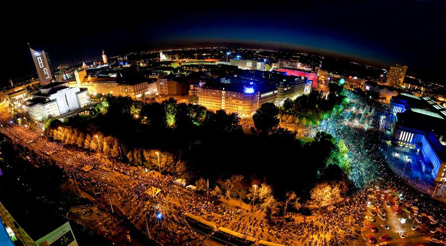 Lichtfest 2009 in Leipzig - anlässlich 20 Jahre friedliche Revolution 1989-2009 mit Blick vom Wintergartenhochaus auf 70000 Menschen auf dem Ring vom Augustusplatz  - Oper - Hauptbahnhof - Copyright www.dirk-brzoska.de DIRK BRZOSKA FOTOGRAFIE