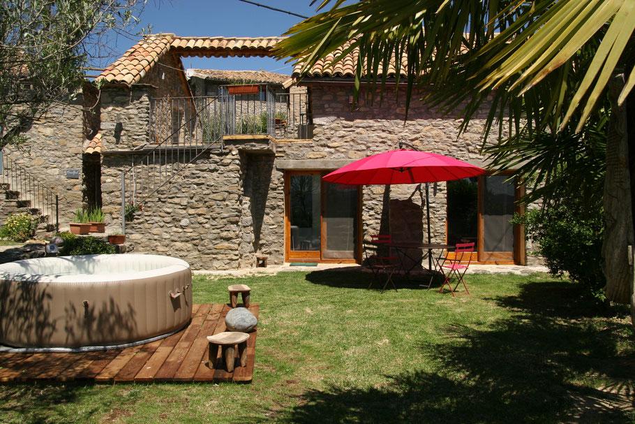 Le jardin de l'appartement Mascun et son jardin avec spa privés, votre location de rêve près de Ainsa - Aragon!