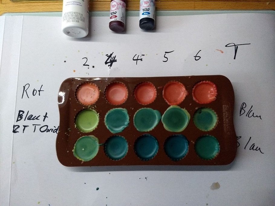 Die ersten Versuche mit Verschiedenen Lebensmittelfarben, Paprika und Wittener Ruhrgold Bienenwachs.