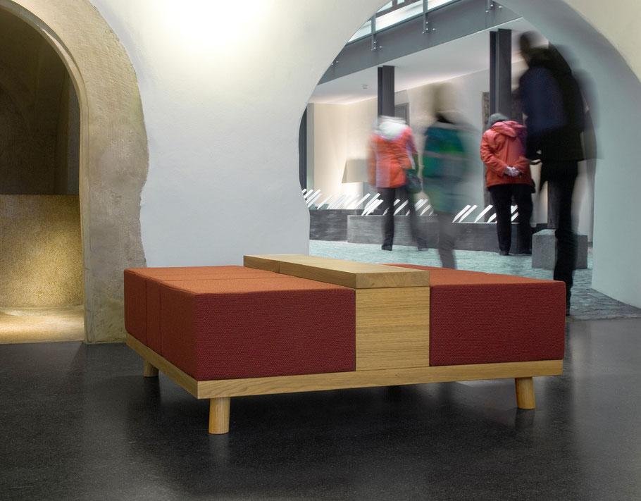 Gepolsterte Sitzgelegenheiten für das Museum 642 in Pößneck. Die Materialien sind Eiche und robuster B1 Woll-Polsterstoff.